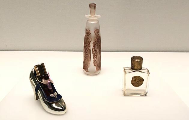 左からコティ「パリ、クリスマス用」(1940頃)、「古代の琥珀」(1910)、「ロリガン」(1914)