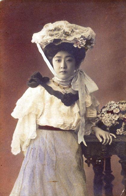 近・現代化粧がスタートした明治時代、洋装の女性 絵はがき 明治時代
