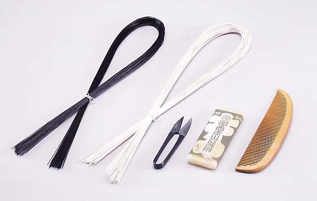 髪結い道具一式。左側にあるのが黒と白の元結