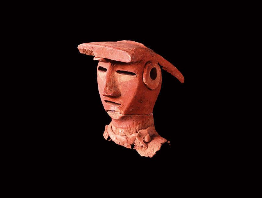 《女子 高崎市保渡田Ⅶ遺跡出土》 (かみつけの里博物館蔵) 顔に赤い顔料を施していると見られる埴輪。こうした人物や動物などの形象埴輪が用いられるようになるのは6世紀、古墳時代の後期のこと。