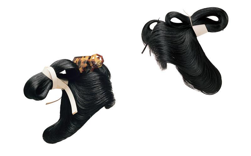 元禄島田髷 元禄(1688~1704)(左) 島田髷は髷の途中を締める。 若衆髷 江戸時代初期(右) 島田髷の基になったスタイル。