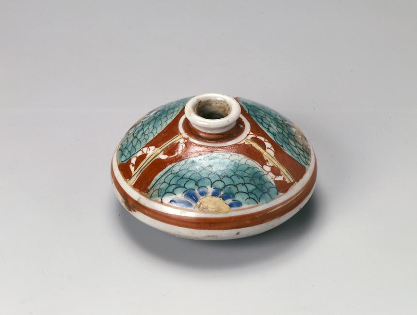 《菊模様油壺》 江戸時代~明治時代 液体の髪油は、このような壺型の容器に入れて保存した。丸みのある胴体は重心が低く安定がよい。