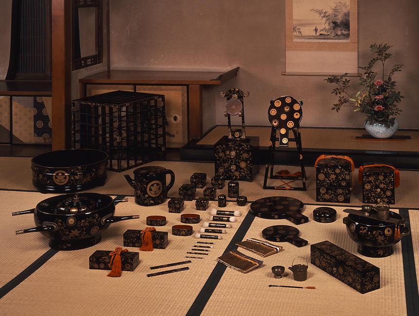 《橘唐草紋散蒔絵婚礼化粧道具》 江戸時代後期 武家など上流階級がつくらせた婚礼化粧道具で、江戸時代前期に体系化され江戸時代後期までつくられ続けた。